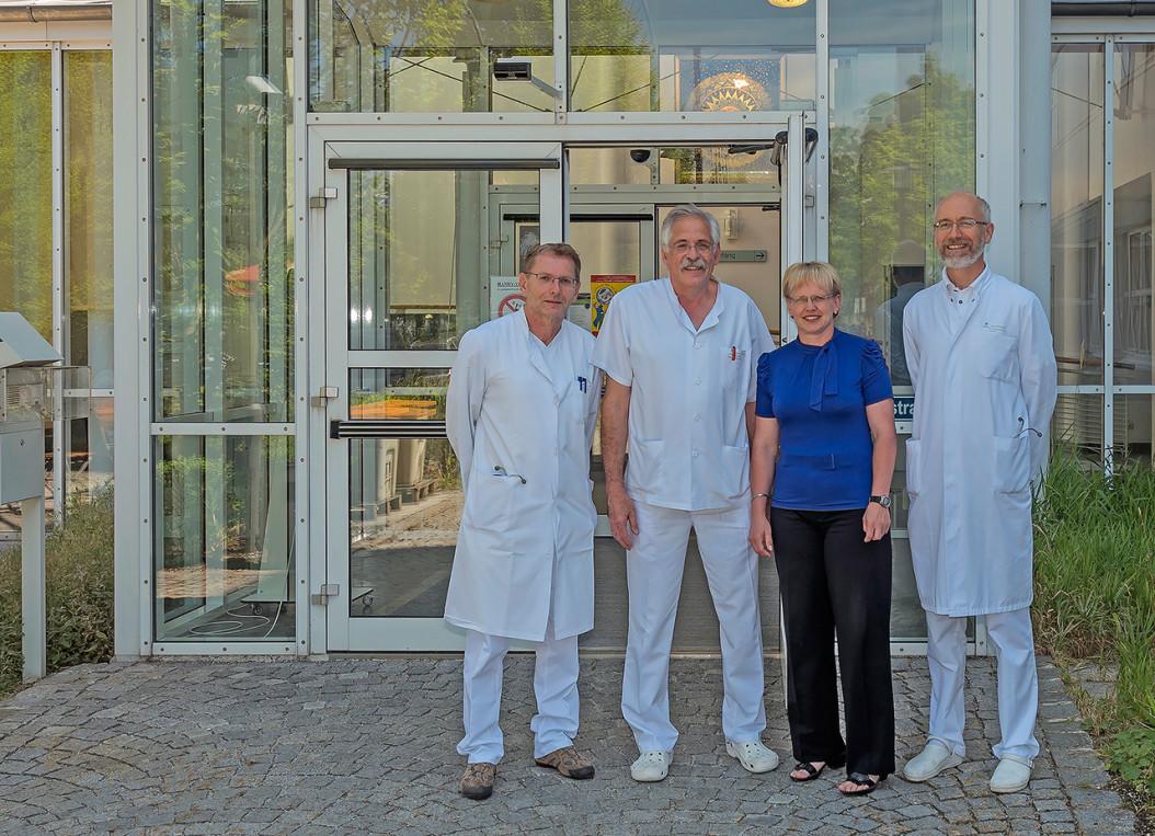 """Der Nachfolger für Dr. Sedlmaier (2.v.li.) steht fest: Dr. Willibald Prügl (re.) fühlt sich als """"einheimisches Gewächs"""" am Krankenhaus Wegscheid sehr wohl. Mit im Bild: Johann Kienböck, der die Innere Medizin zusammen mit Dr. Sedlmaier führt sowie die Verwaltungsleiterin Heidi Ebner."""