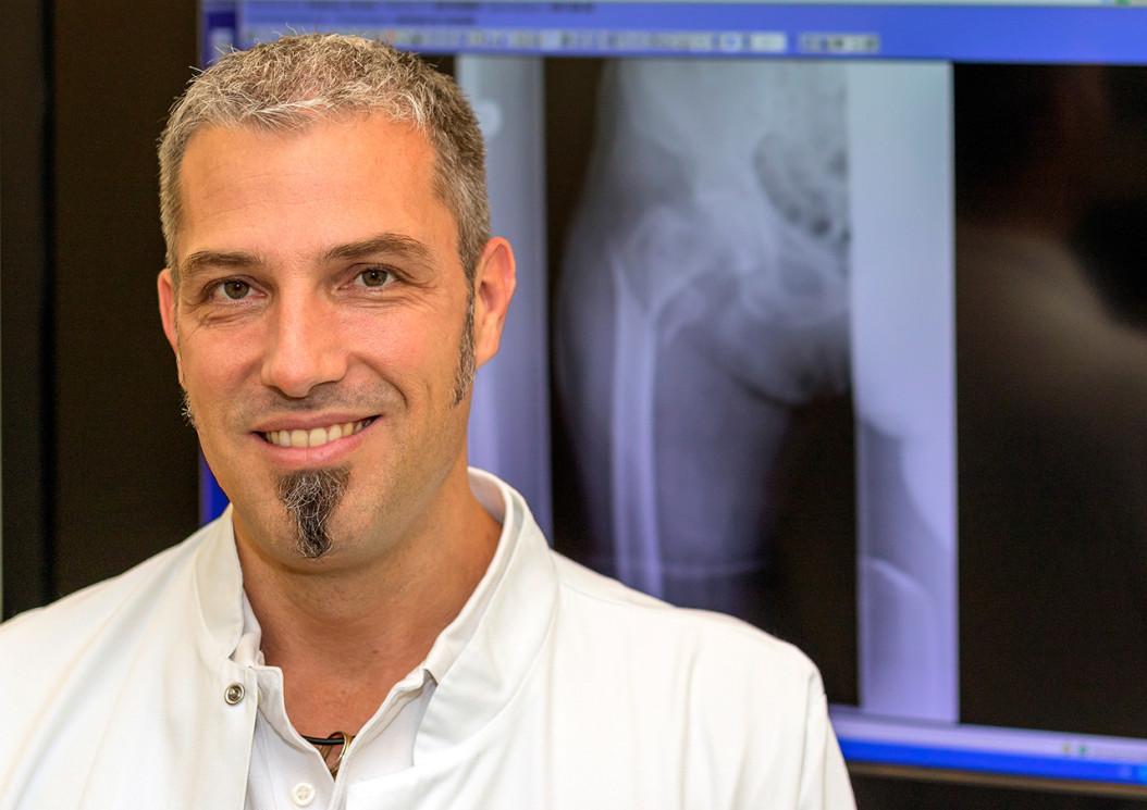 """""""Ich bin nach wie vor gerne als Chirurg tätig, sagt Unfallchirurgie-Chefarzt Dr. Thomas Skrebsky, der als neuer Ärztlicher Leiter noch viele zusätzliche verantwortungsvolle Aufgaben im Krankenhausbetrieb zu bewältigen hat. Vor allem die Aus- und Weiterbildung der jungen Ärzte liegt ihm am Herzen."""