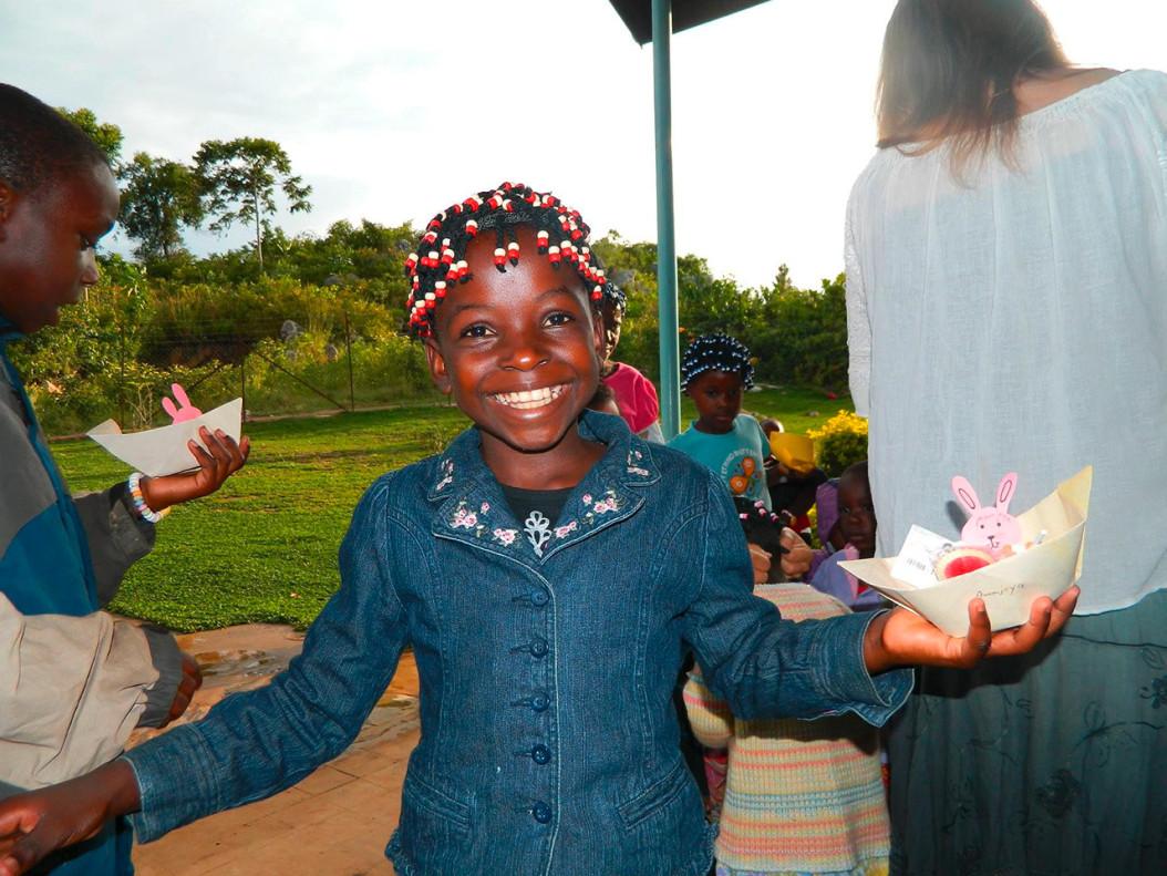 Sie strahlt, obwohl sie im Alltag stark eingeschränkt ist: Die neunjährige Annajoyce hat eine Fehlbildung des Rückenmarks. Nun soll das Leiden des Mädchens aus Tansania mit einer Operation in Deutschland gelindert werden. (Foto: privat)