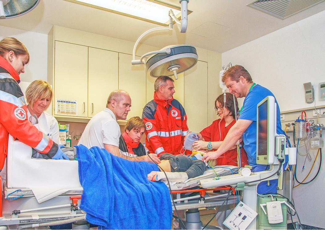 Nachgestellte Szene im Schockraum. Der Chefarzt für Unfallchirurgie Dr. Hans-Otto Rieger (3.v.l.) und Leitender Notarzt Dr. Wolfgang Stuchlik (3.v.r.) bei der Erstversorgung. Sie werden unterstützt von (v.l.n.r.): Rettungssanitäterin Christina Schneider, die Leiterin der Notfallambulanz Petra Schärtl, Rettungssanitäter Florian Dobler (Mitte), Anästhesistin Dr. Kathrin Unverdorben und Anästhesie-Pfleger Martin Schichl. (Foto: Richter)