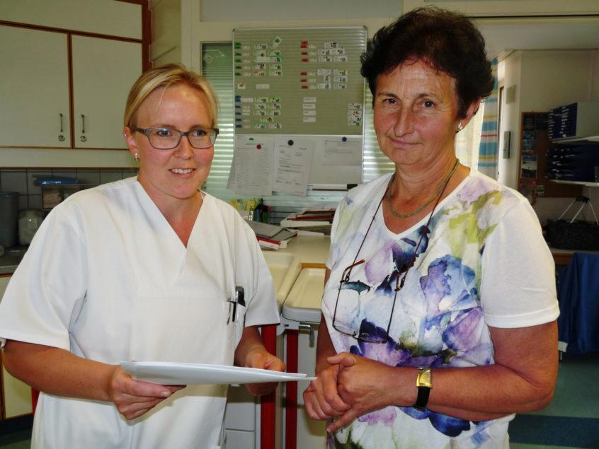 nes Jochum (l.) teilt der ehrenamtlich tätigen Resi Sterner vom Besuchsdienst mit, wer heute auf sie wartet. (Foto: Hirtler-Rieger)