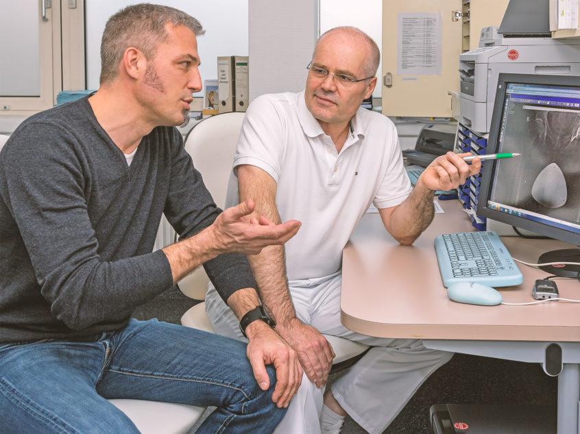 Die beiden Hauptverantwortlichen des Endoprothetikzentrums Passau Land, Chefarzt Dr. Hans-Otto Rieger (Krankenhaus Vilshofen) und Chefarzt Dr. med. Skrebsky (Krankenhaus Rotthalmünster) im Gespräch. (Foto: F. Richter)