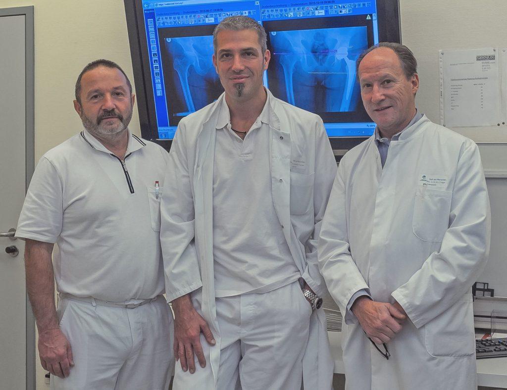 Die Hauptoperateure des EPZ am Krankenhaus Rotthalmünster (v.l.) Leitender Oberarzt Dr. Matthias Haun, Chefarzt Dr. Thomas Skrebsky und Belegarzt PD Dr. Dr. habil. Jurka Träger. (Foto: F. Richter)