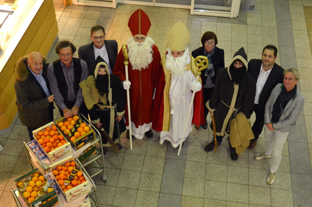 Freuten sich über den Besuch der Nikoläuse und Krampusse: Die Geschäftsführer Herbert-M. Pichler (re.) und A. Cornelia Bönnighausen (li.) sowie (v.l.n.r.) Krankenhausseelsorger Alois Strasser, Josefine Kroneder und Alexander Dötter, Leiter Controlling.