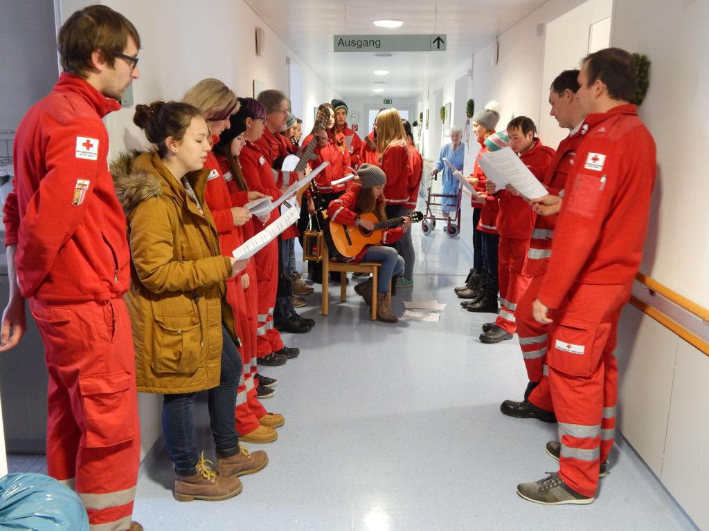 Auf den einzelnen Stationen und in den Zimmern des Krankenhauses wünschten die Rotkreuzmitglieder aus Peilstein in Oberösterreich den Patienten und dem Pflegepersonal auch musikalisch frohe Weihnachten.