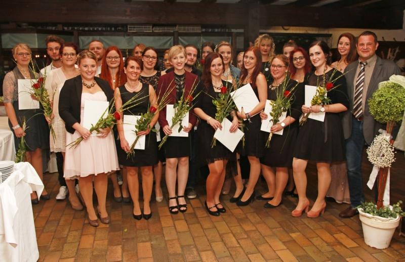 Die Berufsfachschule für Krankenpflege Rotthalmünster feiert den Abschluss des Kurses 32: Kursleiter Bernhard Mittermaier (re.) freut sich mit den 25 frisch gebackenen Absolventen der Gesundheits- und Krankenpflege.