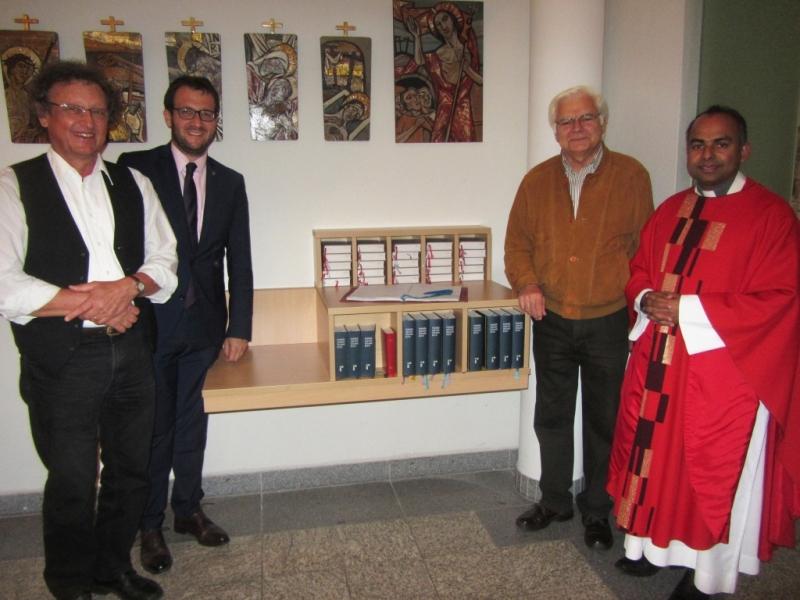 Freuen sich über neuen Schrank (v.l.): Seelsorger Alois Straßer, 1. Vorsitzender des Fördervereins und Bürgermeister Florian Gams, Josef Kovarik und Pfarrvikar Binoy Jacob.