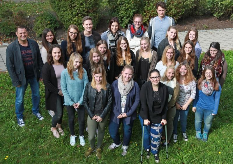 Die 23 motivierten Schüler der Berufsfachschule für Krankenpflege mit ihrem Kursleiter Bernhard Mittermeier (li.).