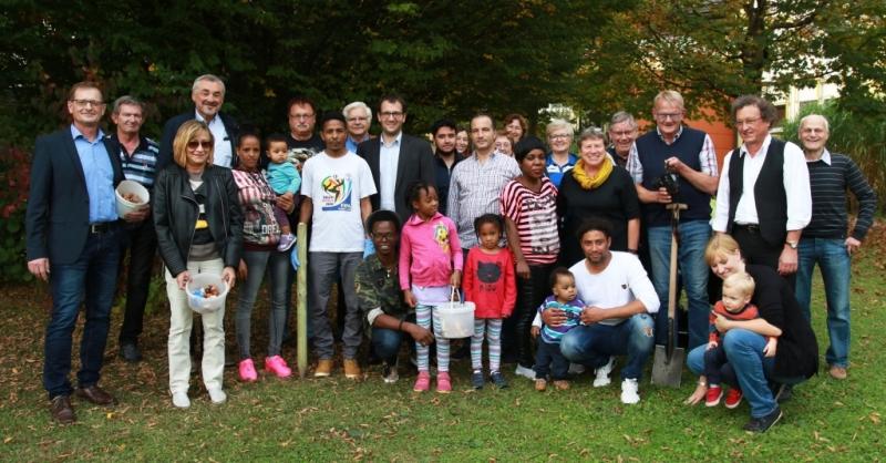 Unterstützten die Aktion tatkräftig: Initiatoren, Mitarbeiter des Krankenhauses Vilshofen, Mitglieder des Krankenhaus-Fördervereins, des Stadtrats und des Arbeitskreises Vilshofener Asylbewerber (AVA) sowie viele Flüchtlings-Familien.