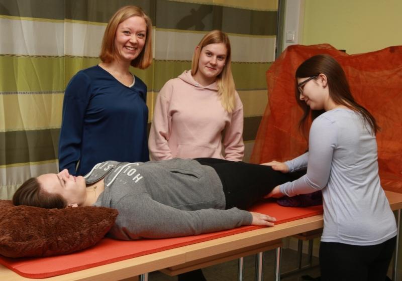 Praxisbegleiterin Elke Lindenthal (stehend l.) zeigt den drei Schülerinnen Manuela Pangratz (v.l.), Sara Hoffmann und Melissa Schönknecht Übungen zur Wahrnehmungsförderung.