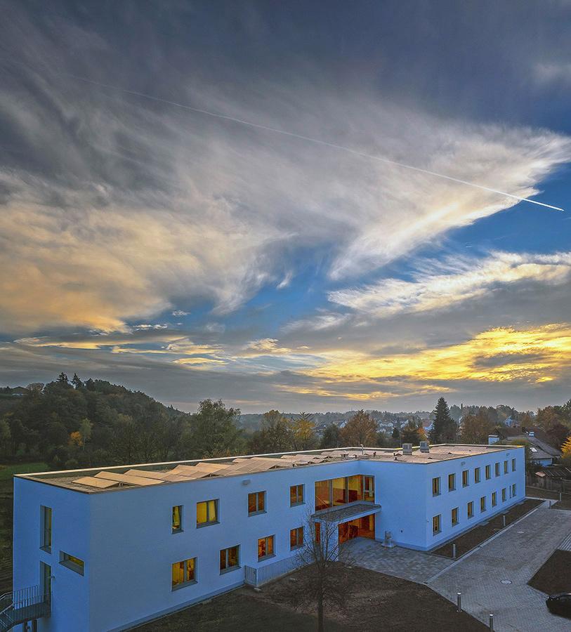 Herzstück der Landkreis Passau Gesundheitseinrichtungen: Das 2015 in Betrieb genommene neue Gebäude der Zentralen Dienste. Von hier aus werden die Einrichtungen des Unternehmens gesteuert. (Foto Frank Richter)