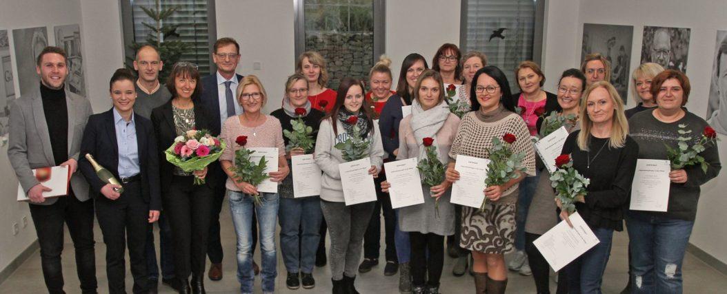 Alle 17 Teilnehmerinnen haben die Hygiene-Fortbildung erfolgreich bestanden, darüber freuen sich auch die beiden Hygienefachkräfte (v.l.) Florian Brandtner und Patricia Zückert, Pflegedienstleiter Roland Gibis, Leitende Hygienefachkraft Claudia Roth und Geschäftsführer Josef Mader.