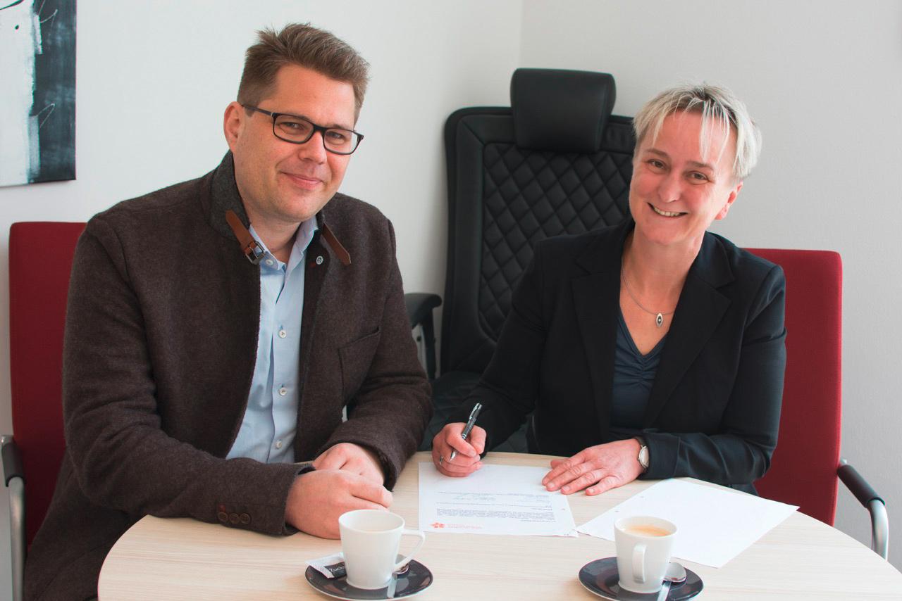 Geschäftsführerin A. Cornelia Bönnighausen und Prof. Dr. Matthias Keller, Chefarzt der Kinderklinik Dritter Orden Passau, besiegeln die künftige Zusammenarbeit.