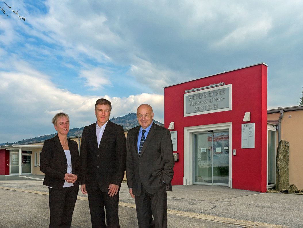 Haben die Zusammenarbeit ausgebaut: A. Cornelia Bönnighausen und Herbert-M. Pich-ler (re.), Geschäftsführer der Landkreis Passau Gesundheitseinrichtungen und Andreas Mörtlbauer, Geschäftsführer des MVZ Hauzenberg.