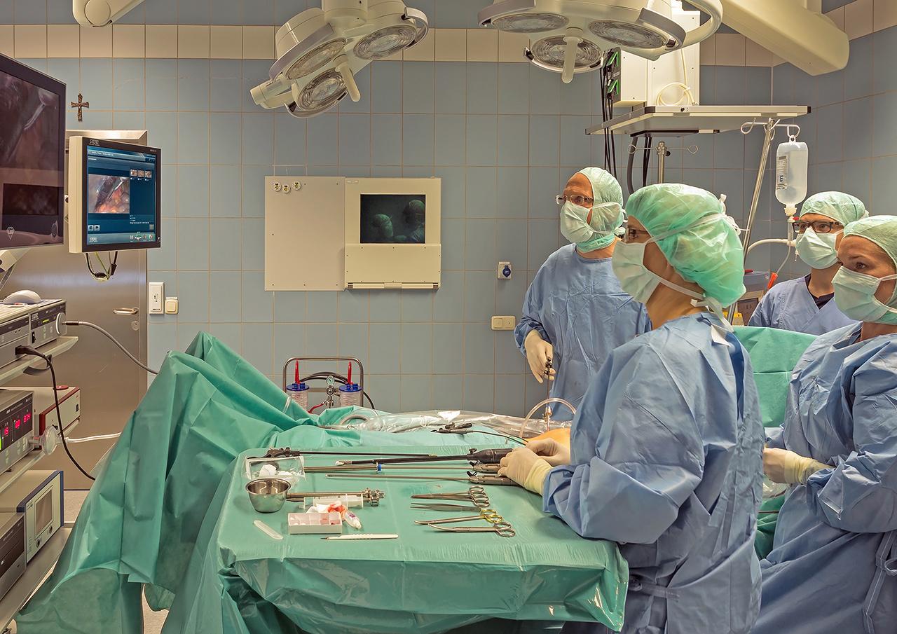 Im vergangenen Jahr wurde in den beiden OP-Sälen in Wegscheid über 1.500 mal operiert, im Bild Chirurgie-Chefarzt Dr. Manfred Werner (links) und sein Team.