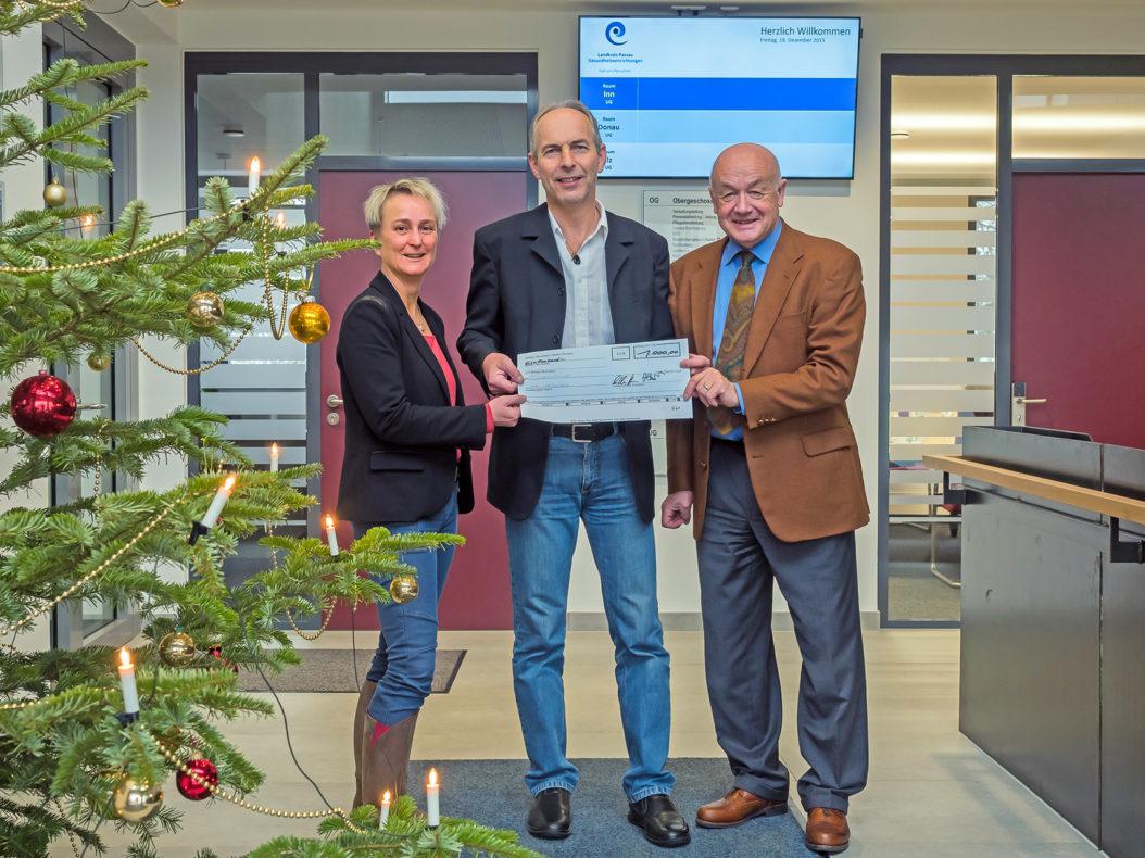 Soziale Spende statt Weihnachtskarte: Der Leiter der Gehaltsabrechnung, Gerhard Ertl (Bildmitte), nimmt den 1.000-Euro-Scheck für den Sozialfonds von den Geschäftsführern A. Cornelia Bönnighausen und Herbert-M. Pichler entgegen.