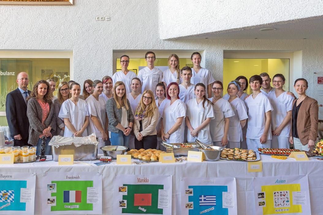 """Die Auszubildenden des K33 beim Gesunden Buffet am Krankenhaus Vilshofen, das Teil des Unterrichtsblocks """"Gesundheitsförderung"""" war. (Foto: F. Richter)"""