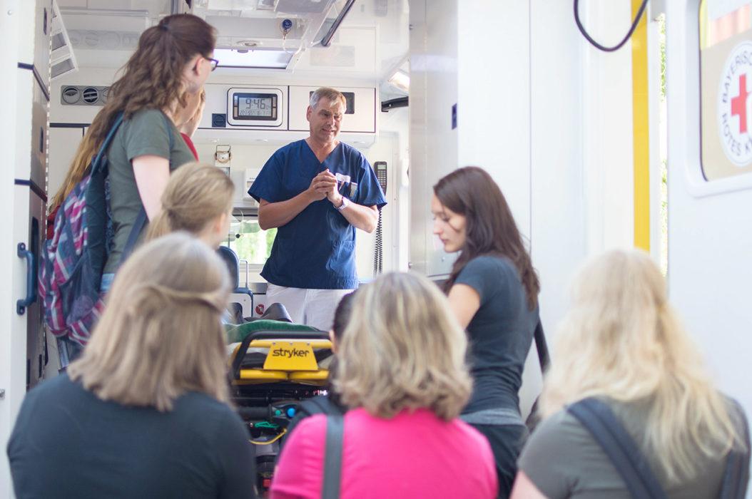 Dr. Wolfgang Stuchlik erklärt den Schulsanitäterinnen das Innere eines Krankenwagens. (Foto: K. Klinger)