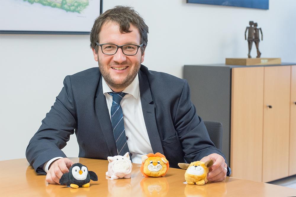 Bürgermeister und Vorsitzender des Fördervereins Florian Gams mit den neuen Schmoozies für die Tagesklinik am Krankenhaus Vilshofen.
