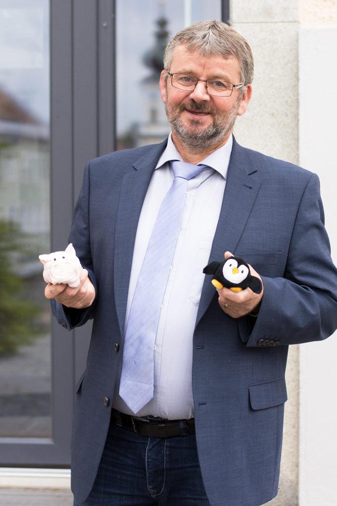 Bürgermeister und Vorsitzender des Fördervereins Franz Schönmoser freut sich über die neuen Stofftierchen für die chirurgische Ambulanz am Krankenhaus Rotthalmünster.