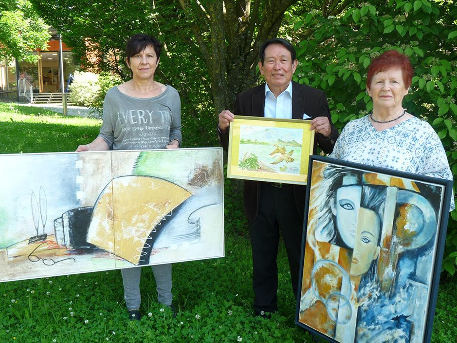 Stellen ihre Werke im Krankenhaus Vilshofen aus (v.l.n.r.) Monika Stangl, Dr. Josias Pirngadi und Erika Stangl (Foto: Hirtler-Rieger)
