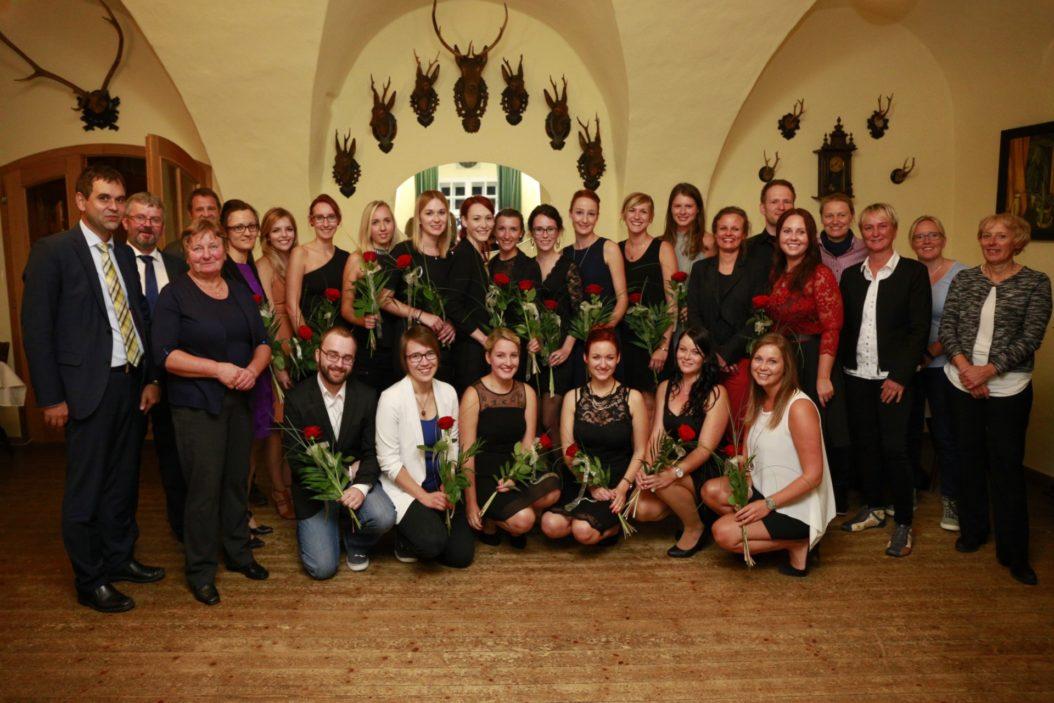 Vergangene Woche erhielten die Absolventen der Berufsfachschule für Krankenpflege Rotthalmünster ihr Examen. Zu den Gratulanten zählten unter anderem Geschäftsführerin A. Cornelia Bönnighausen (3.v.r.), stv. Landrat Raimund Kneidinger (1.v.l.), 1. Bürgermeister Franz Schönmoser (2.v.l.), stv. Betriebsratsvorsitzende Anna Bartel (3.v.l.), Schulleiterin Stephanie Köck (stehend 7.v.l.) sowie Brigitte Rossmüller (4.v.l.), Ines Jochum (2.v.l.) und Anita Lowak (1.v.l.) von der Pflegedienstleitung.