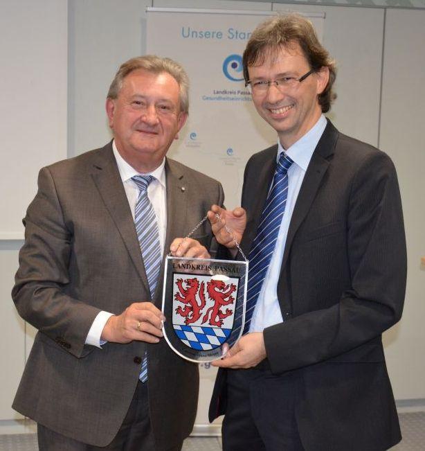Anlässlich des Jubiläums übergab Landrat Franz Meyer das gläserne Wappen des Landkreises Passau an Dr. Sebastian Schnarr, Ärztlicher Leiter der Rheumaklinik.