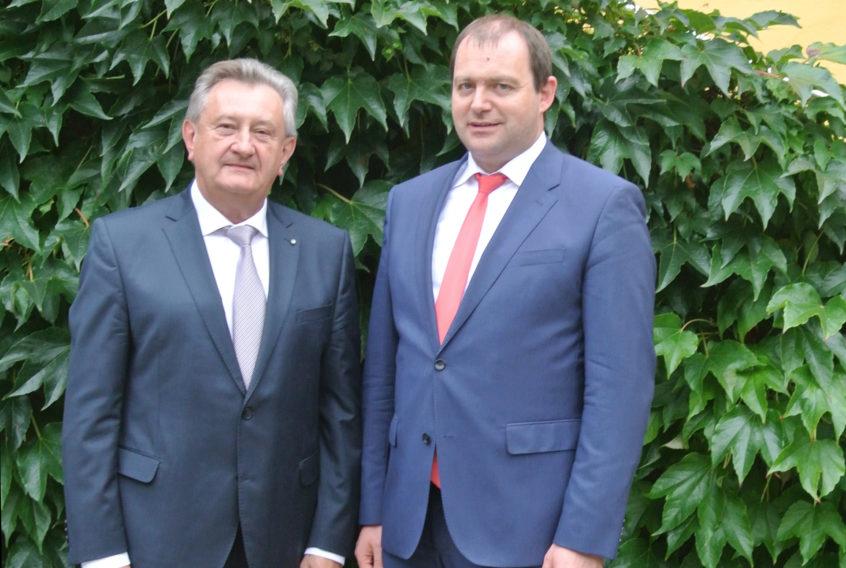 Die beiden Landräte Franz Meyer (l.) sowie Michael Fahmüller beschlossen eine überregionale Kooperation im Fachbereich Geburtshilfe und Gynäkologie.