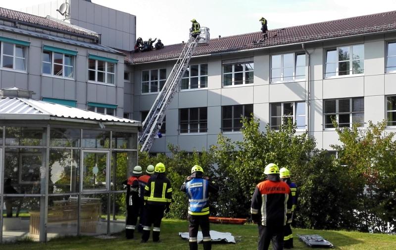 Nur eine Übung: Die Einsatzkräfte bergen eine verletzte Frau mit der Drehleiter vom Dach des Krankenhauses Wegscheid.