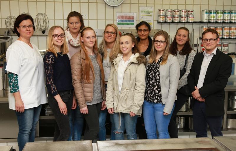 Christian Grad (r.) führt die angehenden Diätassistentinnen durch das Krankenhaus Vilshofen. Besonders interessant: Zwischenstopp bei Lydia Senk (l.) in der Großküche.