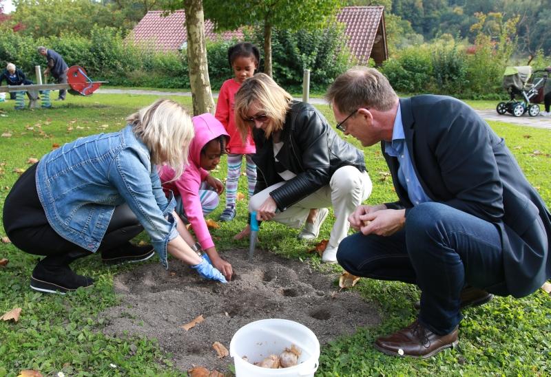 Die Krankenhaus-Mitarbeiter Tanja Deragisch (v.l.), Hedwig Brunner und Josef Mader helfen den Kindern beim Bepflanzen eines Beets.