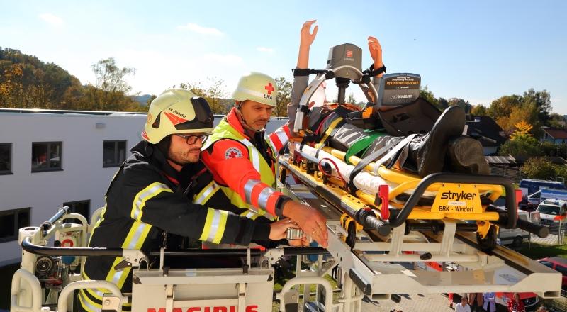 Übung mit Feuerwehr-Drehleiter: Leitender Notarzt Dr. Wolfgang Stuchlik (r.) und Florian Berthold von der FFW Vilshofen bergen eine Demo-Puppe aus dem zweiten Stock des ehemaligen Verwaltungsgebäudes.