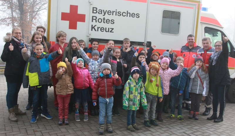 Die BRK-Rettungskräfte Marcus Baumgartner und Rudolf Grönleitner begeisterten die 21 Kinder mit einer Besichtigung. Immer mit dabei waren die Betreuer Tanja Deragisch, Kinder- sowie Gesundheits- und Krankenpflegerin Christina Hoheneder und die beiden Schüler Sarah Hoffmann und Fabian Deragisch.