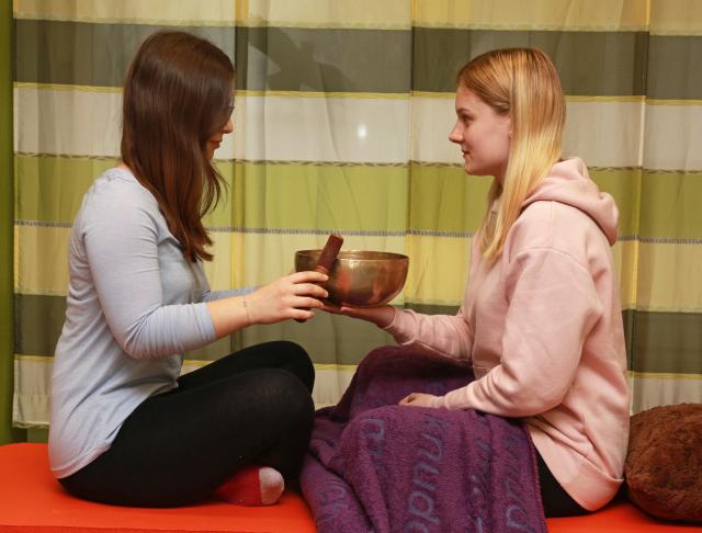 Zur Wahrnehmungsförderung werden verschiedene Materialien eingesetzt, wie z.B. Klangschalen oder Handtücher.