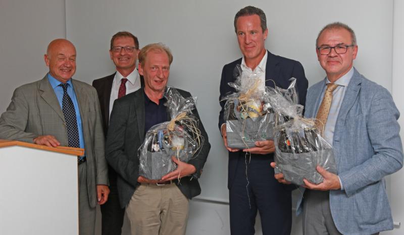 Die Geschäftsführer Herbert-M. Pichler (v.l.) und Josef Mader überreichen Begrüßungsgeschenke an Oberarzt Klaus Bernhardt, Chefarzt Dr. Walter und Chefarzt Dr. Zülke.