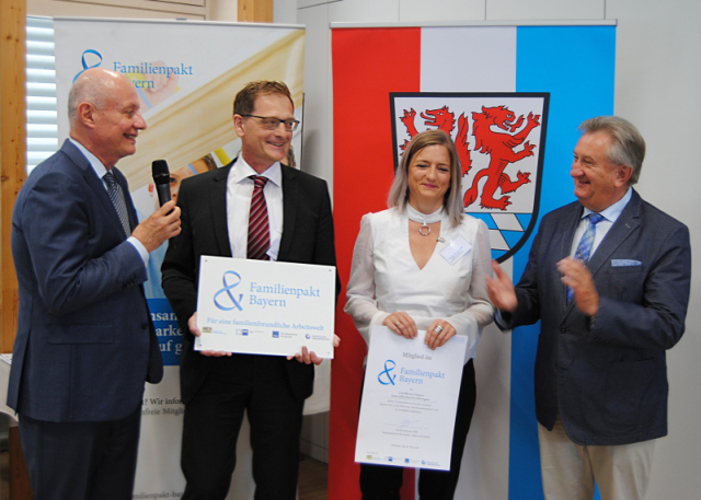 Ministerialdirektor Michael Höhenberger (l.) und Landrat Franz Meyer (r.) übergeben Geschäftsführer Josef Mader und der BGM-Beauftragten Tanja Deragisch ihre Mitgliederurkunde.