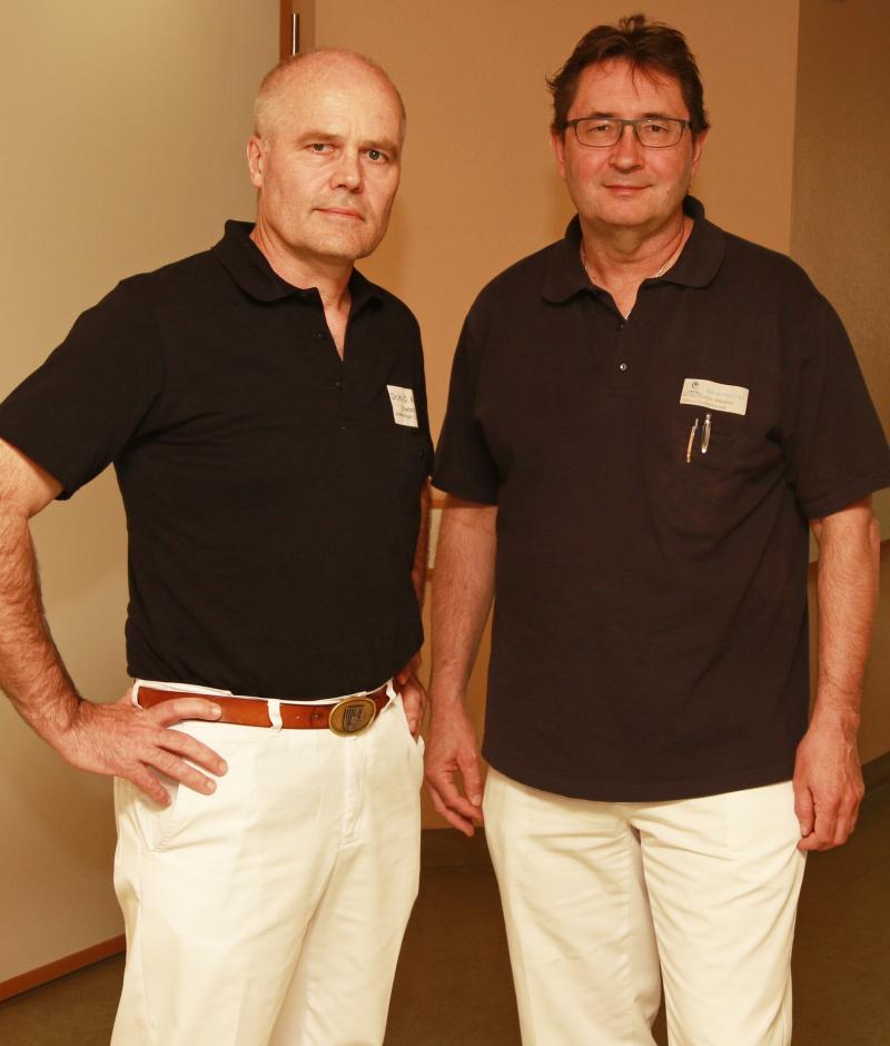 Spezialisten der Schulterchirurgie am Krankenhaus Vilshofen: Chefarzt Dr. med. Hans-Otto Rieger (l.) und Oberarzt Dr. med. Dietmar Milkiewicz.