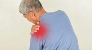 Schulterschmerzen zählen zu den drei häufigsten Beschwerden der Deutschen. (Foto: srisakorn/fotolia.com)