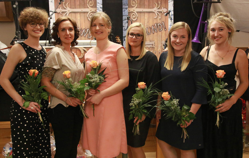 Für einen Notendurchschnitt von mindestens 1,5 ausgezeichnet: Judith Zauner (v. l.), Natalia Schneider, Lisa Feilmeier, Alexandra Kaspar, Kristin Kiebart und Stephanie Mini.
