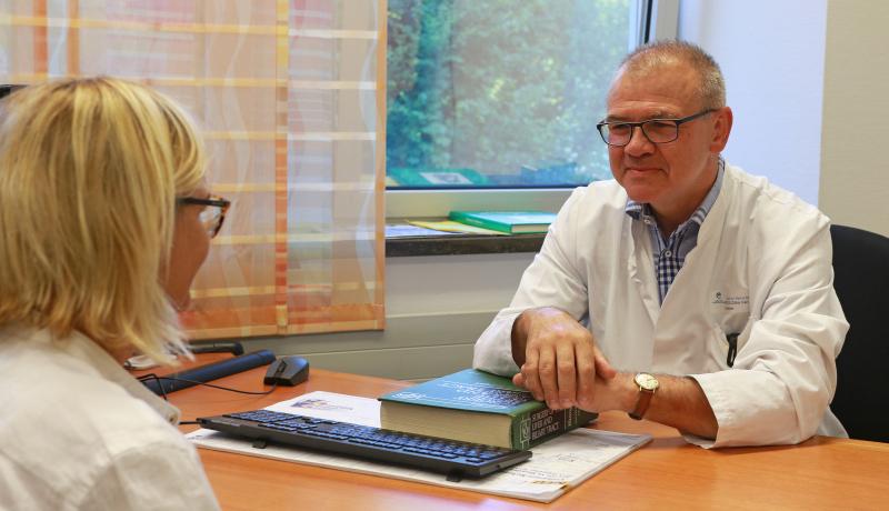 Chefarzt PD. Dr. Zülke, Facharzt für Chirurgie mit Schwerpunkt Viszeralchirurgie, beim Einzelgespräch mit einer Patientin.