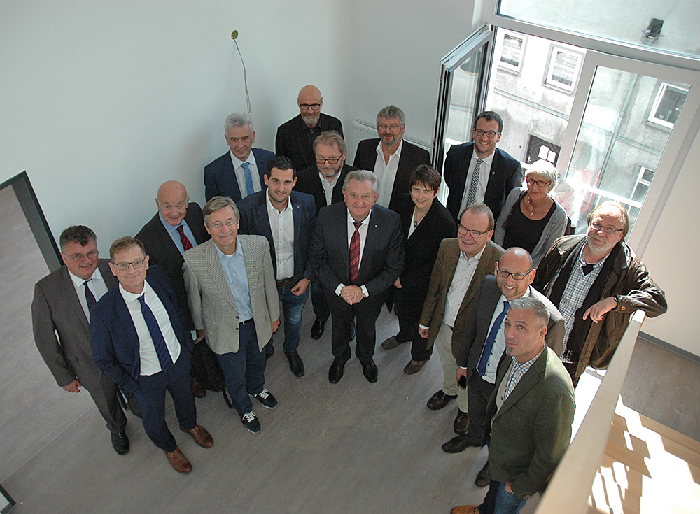 Moderne, helle Räume bekam der Verwaltungsrat bei der Begehung der neuen Wohnanlage im Ortskern zu sehen. (Foto: Esterer)