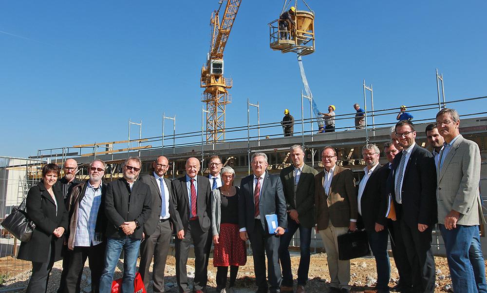 Als die Verwaltungsratsmitglieder um Vorsitzenden Landrat Franz Meyer (Mitte) die Baustelle für das neue Schulzentrum besichtigen, wurde dort fleißig gearbeitet. (Foto: Streit)