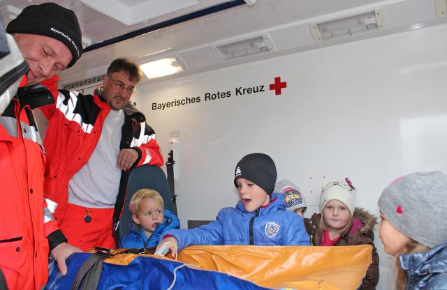 Die Einsatzkräfte Martin Kristl (l.) und Christian Bieringer begeisterten die Kinder mit einer Besichtigung des BRK-Rettungswagens.