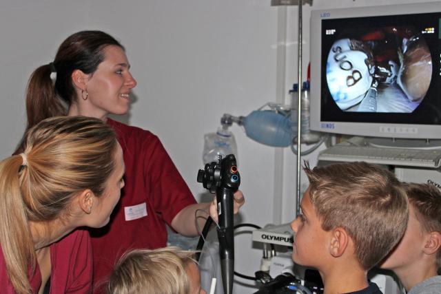 Katrin Hoheneder (l.) und Stephanie Lackinger zeigten den Kindern mit einem Endoskop das Innere einer Puppe, anstatt der Organe gab es dort Süßigkeiten zu entdecken.