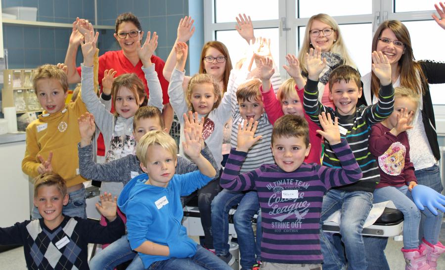 15 Kinder verbrachten einen erlebnisreichen Tag im Krankenhaus Wegscheid. Immer mit dabei waren ihre Betreuerinnen: Kinder- sowie Gesundheits- und Krankenpflegerin Christina Hoheneder (2.v.r.), Verwaltungsangestellte Sabrina Bumberger (r.) und BGM-Beauftragte Tanja Deragisch (nicht im Bild).