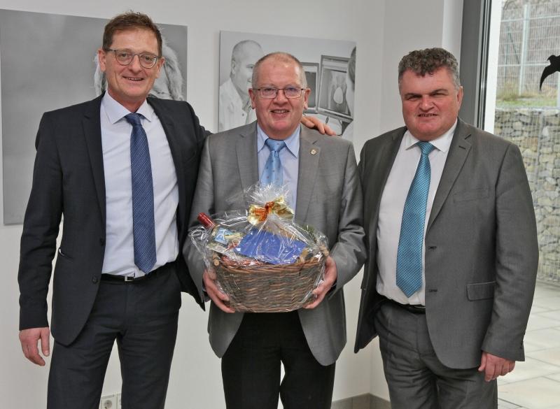 Die beiden Geschäftsführer Josef Mader (l.) und Diakon Klaus Seitzinger (r.) danken Dr. Heinrich Fesl für sein wertvolles Engagement im Unternehmen.