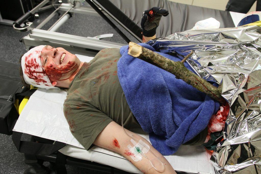 Trügerisch echt geschminkt: Rettungssanitäter Philipp Schindler mimte einen schwerverletzten Waldarbeiter.