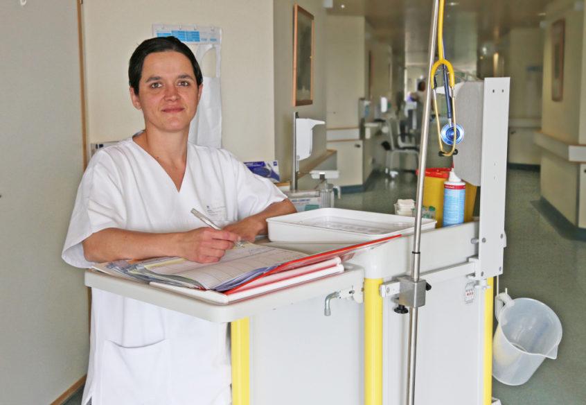 Sie ist flexibel und offen für Neues: Gesundheits- und Krankenpflegerin Susanne Schütz ist auf verschiedenen Stationen im Krankenhaus Vilshofen im Einsatz – je nachdem, wo ihre Arbeitskraft gerade benötigt wird.