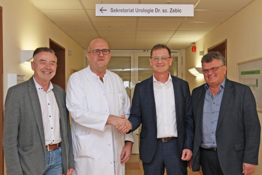 Dr. Nikola Zebic (2.v.l.), der neue Leitende Arzt der Urologie am Krankenhaus Rotthalmünster, wird von Verwaltungsleiter Peter Baumgartner (v.l.) und den beiden Geschäftsführern Josef Mader und Klaus Seitzinger begrüßt.