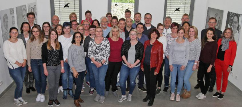Stv. Personalleiterin Tanja Deragisch (v.r.), Geschäftsführer Josef Mader und Sabrina Bumberger von der zentralen Personalabteilung (3.v.l.) begrüßten die neuen Mitarbeiter der Landkreis Passau Gesundheitseinrichtungen.